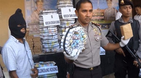 Kapolres Bangkalan Menunjukkan BB Yang Diamankan Bersama Tersangka Pembuatnya
