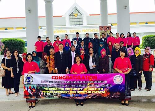 Mahasiswa dan dosen Unitomo foto bersama di Thailand