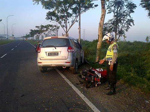 Petugas Satlantas Menunjukkan Salah Satu Sepeda Motor Yang   Kecelakaan di Ruas Jalan Akses Suramadu