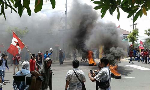 Mahasiswa bakar ban di tengah jalan