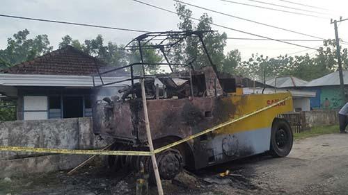 Alat Berat di Desa Kampang Geger dibakar