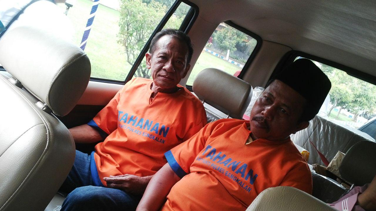 Tersangka kasus korupsi Dana Desa Camat Tanjung Bumi Joko Budiono dan Moh Pahri staf Kecamatan Tanjung Bumi