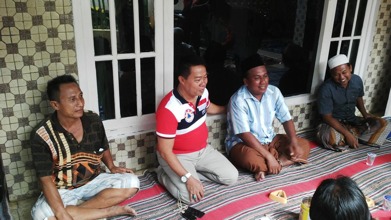 Kepala BPBD Bangkalan WH Hidayat saat mengunjungi rumah kapten kapal Sinar Mutiara yang tenggelam