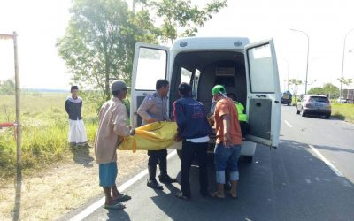 Jenazah Rusi saat dievakuasi petugas Laka Lantas Polres Bangkalan