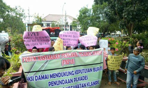 Puluhan warga Desa Bragang, Kecamatan Klampis yang tergabung dalam Forum Masyarakat Pengawal Pilkades Bersih (FMP2B) saat mendatangi kantor DPRD Bangkalan.